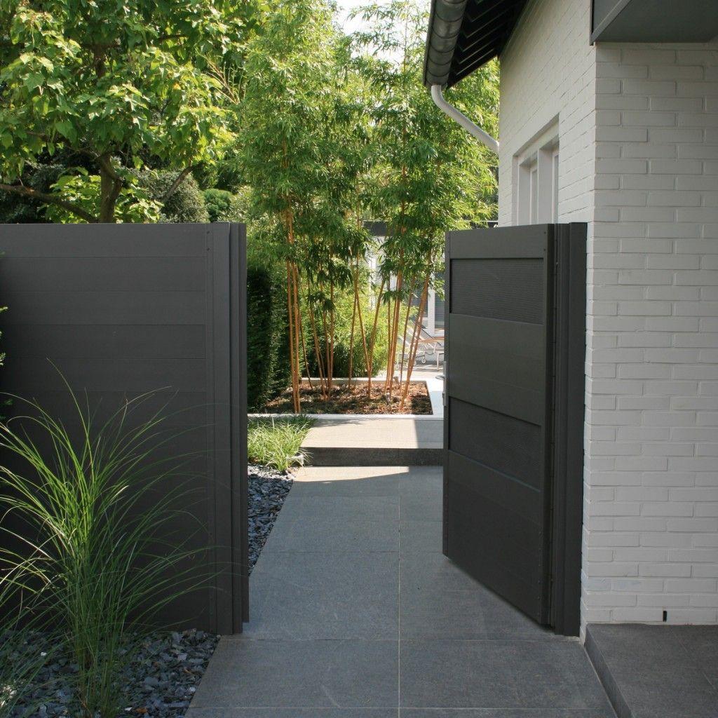 Poort en schutting met toegang tot moderne tuin van basalt for Schutting tuin