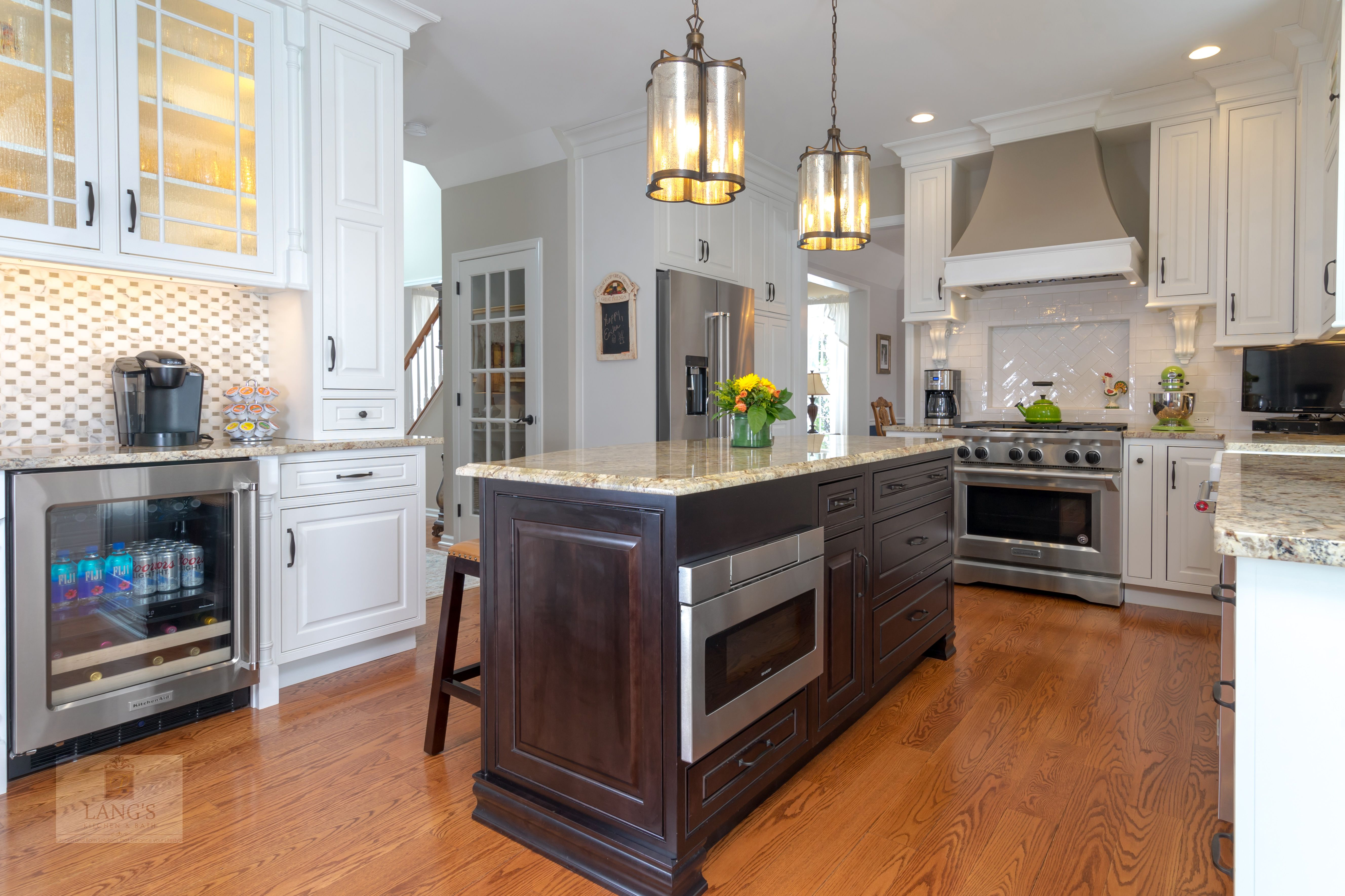 The Painted White Durasupreme Kitchen Cabinets Create A Bright Backdrop For This Traditional Style Kitchen Kitchen Design Kitchen Appliances High End Kitchens
