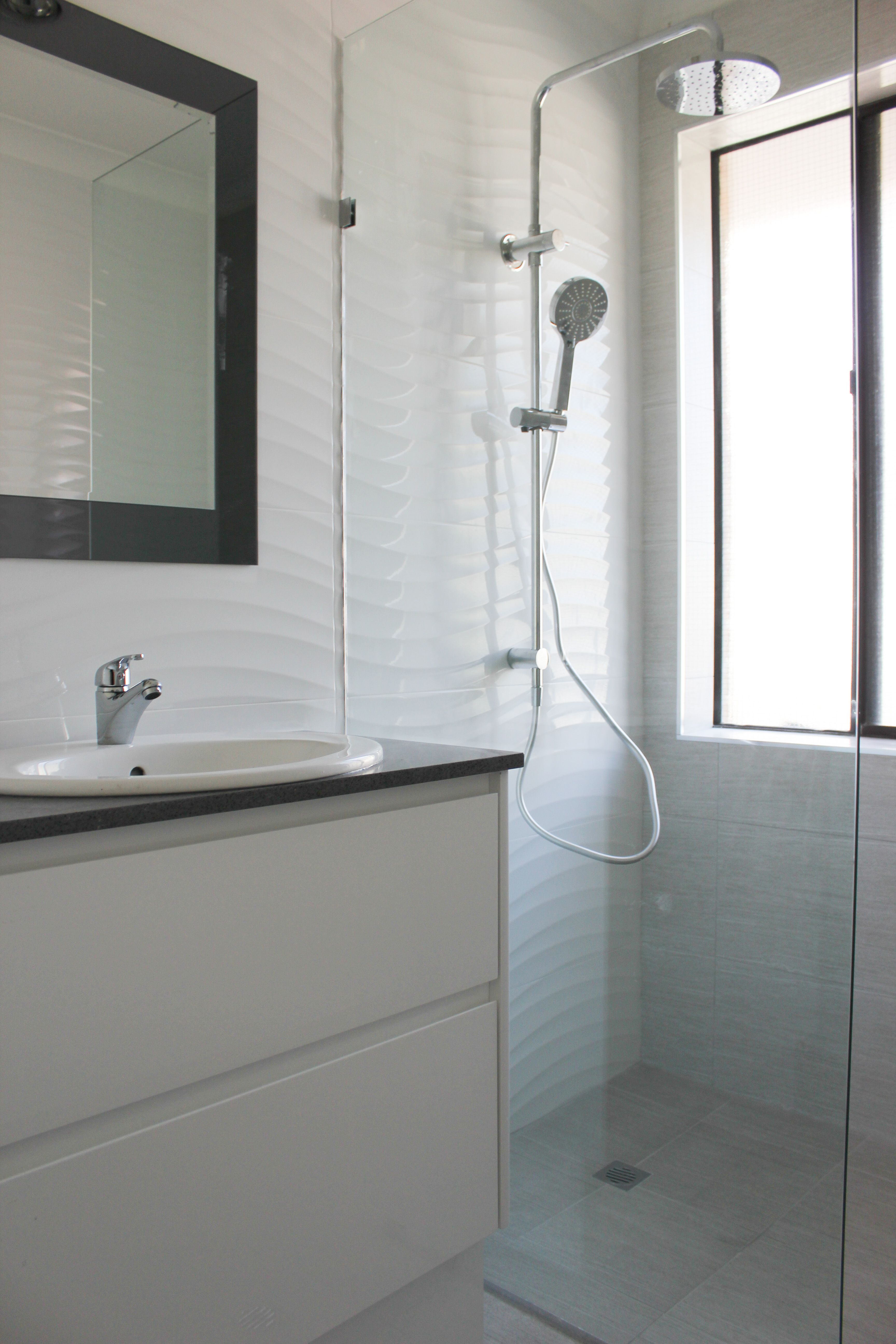 Grey Floor White Wall Grey And White Bathroom Black Mirror Shower Combo Light Bathroom Walk In S Gray And White Bathroom Black Bathroom Grey Flooring