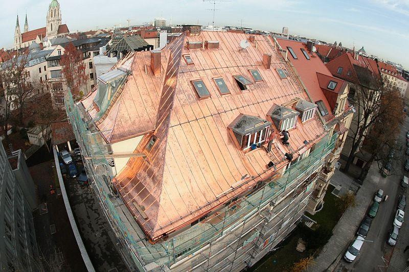Panoramabild: Blechdach Kupfer mit Dachdeckern bei der ...