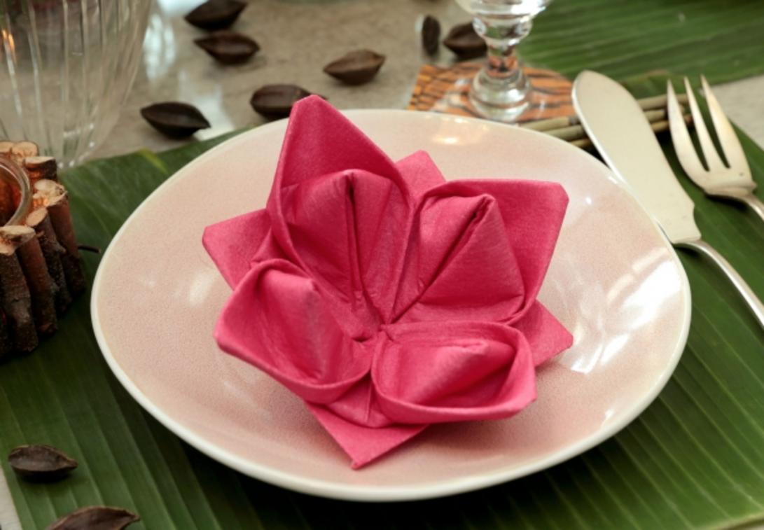 La fleur de lotus en papier   Serviette papier, Pliage serviette, Pliage serviette fleur