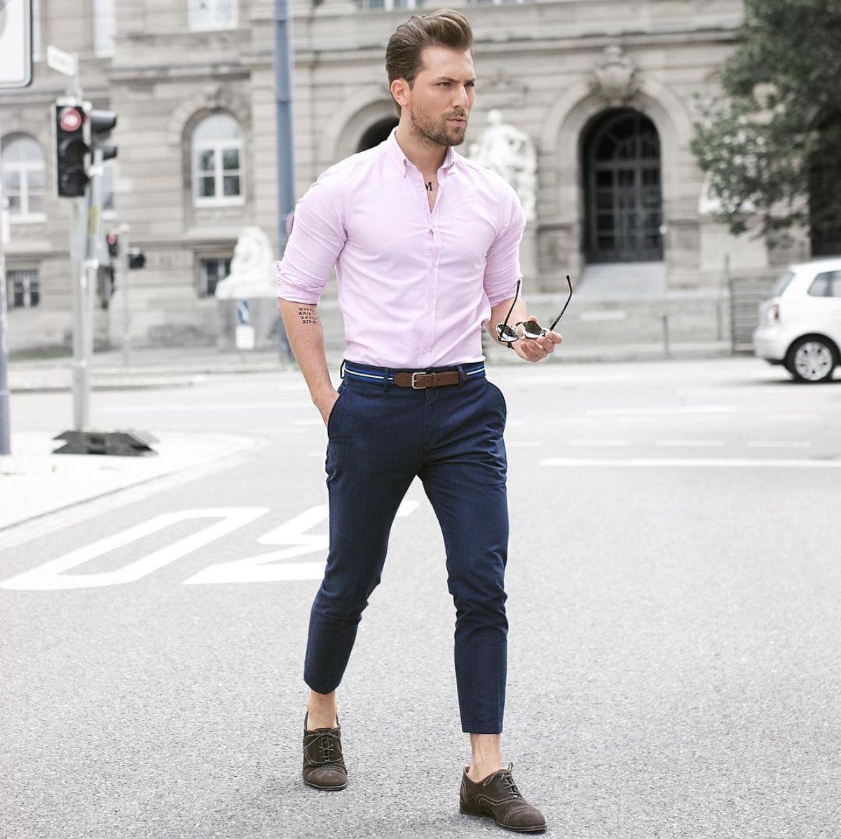 819af66844 Outfit masculino casual com calça azul