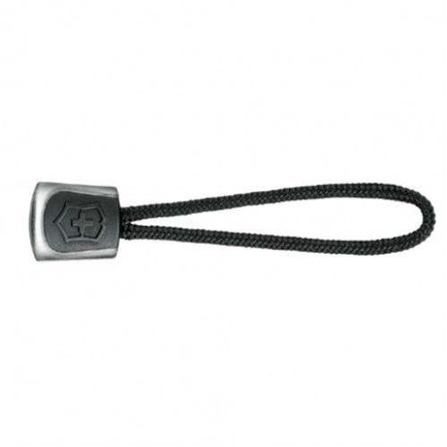 Dette nøglevedhæng fra Victorinox kan monteres i lynlåsen eller nøgleringen.  Du kan naturligvis også montere dette vedhæng på din lommekniv, så den får et ekstra flot finish.  Sælges i rød og sort farve.  Dette er udgaven i sort farve. Kig forbi: www.nyttigbras.dk
