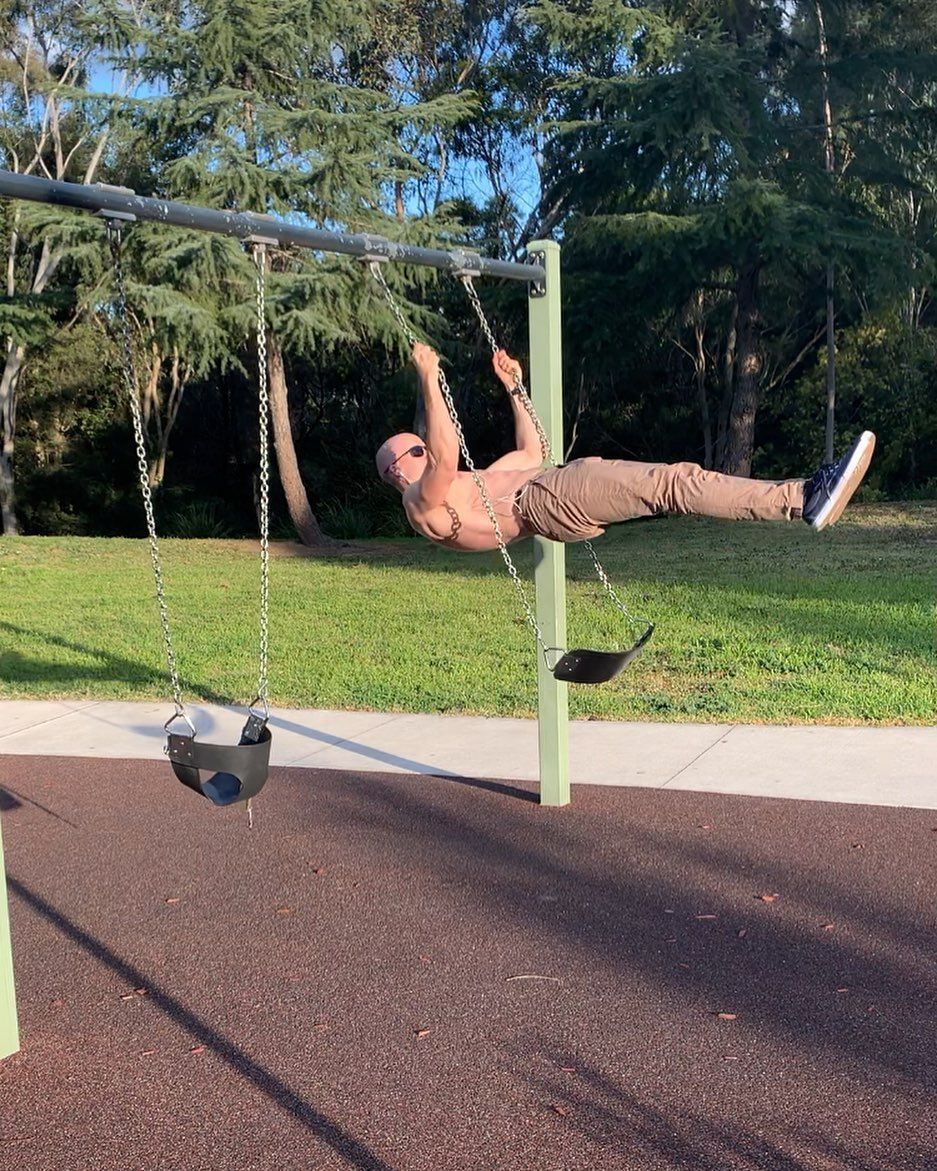 Just me swinging into the new workweek like... . . . . .   #calisthenics     #streetworkout     #bar...