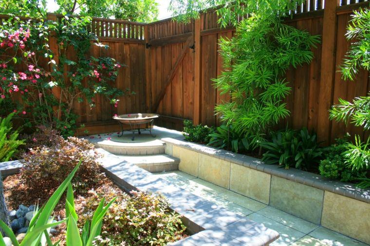 Jard n al estilo mediterr neo con rboles peque os for Diseno jardin mediterraneo