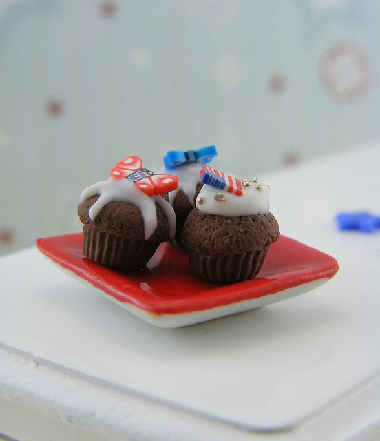 #Dollhouse Miniatures - 4th of July cupcakes