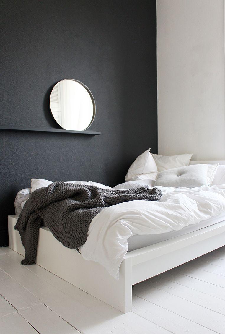 Chambre Gris Anthracite Et Blanc un seul des quatre murs en gris foncé, incluant la tablette