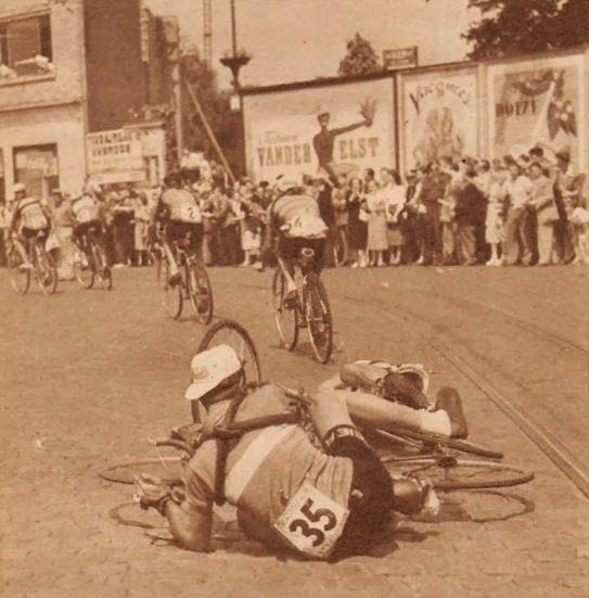 """Tour de France 1952. 5^Tappa, 29 giugno. Roubaix > Namur. Mons. Bernard Gauthier (1924), grande protagonista nei giorni precedenti, cade """"tradito"""" dalle rotaie insieme con Tino Sabbadini (1928-2002). Per entrambi solo una brutta botta [Miroir Sprint]"""