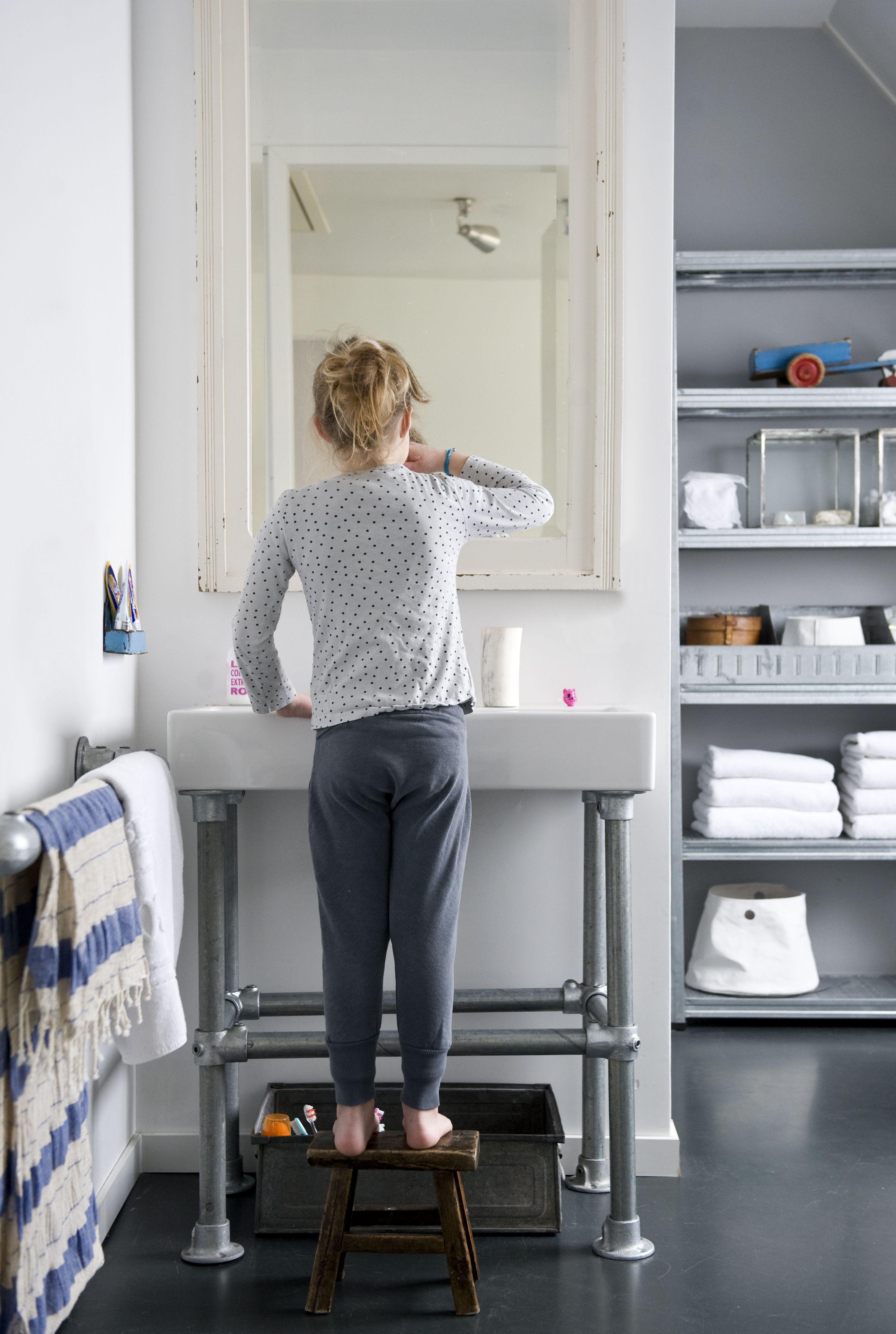 KARWEI | De wastafel met poten van steigerbuizen geeft de badkamer ...