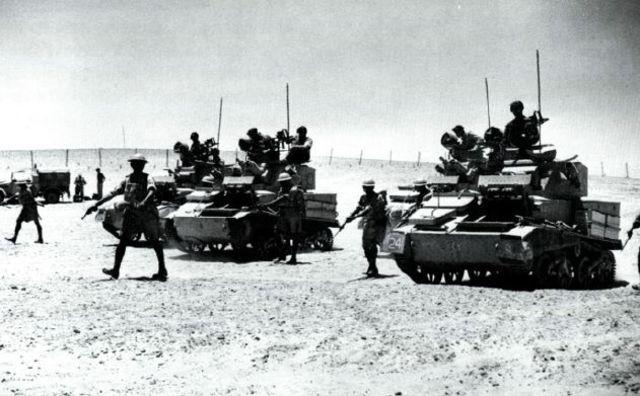 Tanques ligeros del 1er RTR junto con infantería de la 4ª Division India durante la Operación Compass.