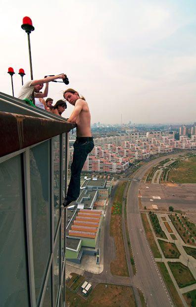 I Just Don T Even Know What To Say Extreme Urban Climbing In Russia Darwin Awards Modern Roofing Roof Architecture