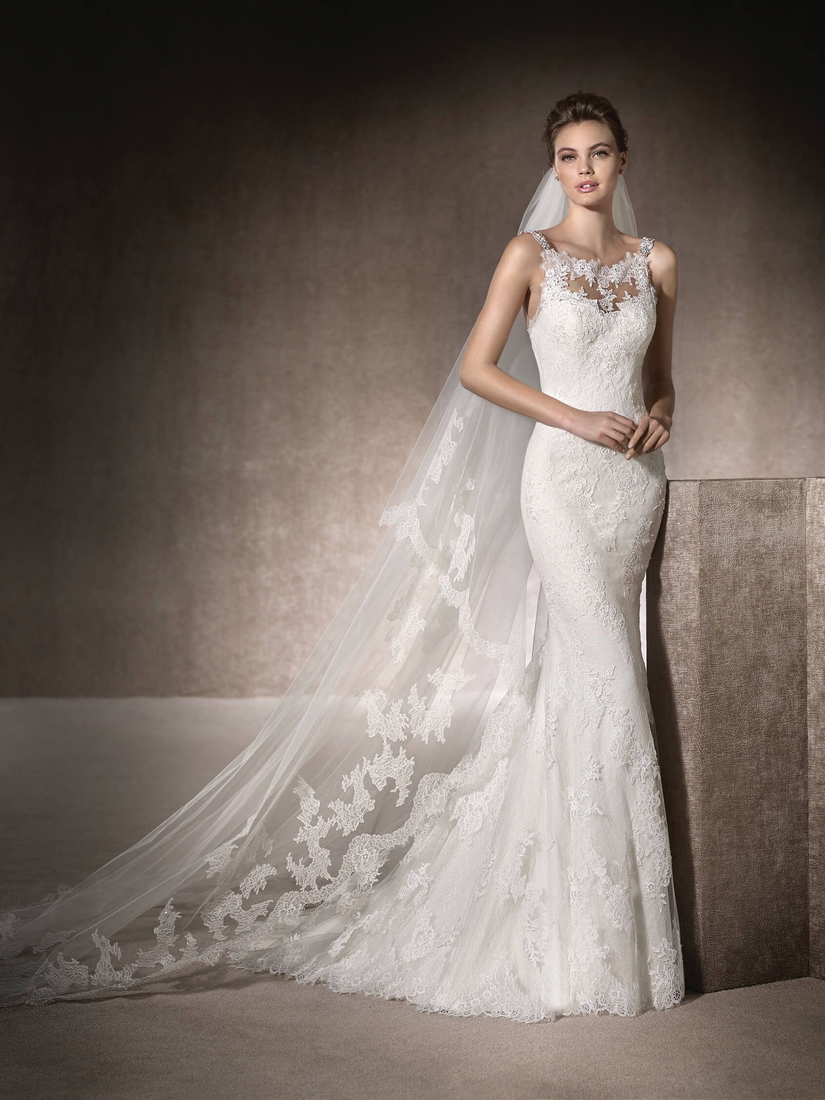 MARIA delights with its gemstone straps and back. This mermaid wedding dress has a round neckline and is made of tulle, lace, Chantilly and guipure