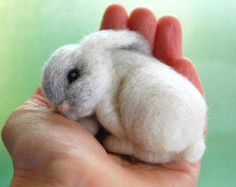 Nadel gefilzt Hase - Nadel Filz Tier - weißes Kaninchen mit einem rosa Herz - Art Puppe Miniatur - rosa - Wolle - handgefertigt - Weihnachten