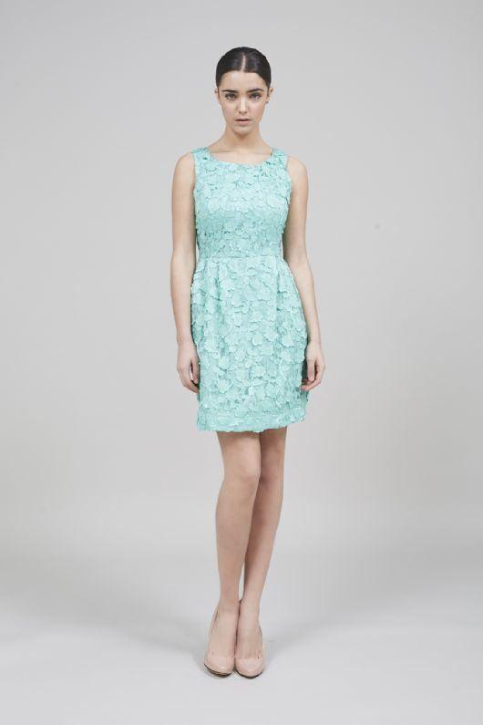 bda30f420 Vestido corto bordado de color verde pastel de Coosy.
