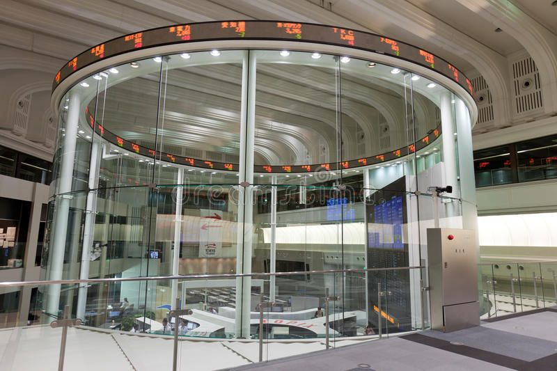 Tokyo Stock Exchange in Japan. Traders work on the trading floor of the Tokyo St ,