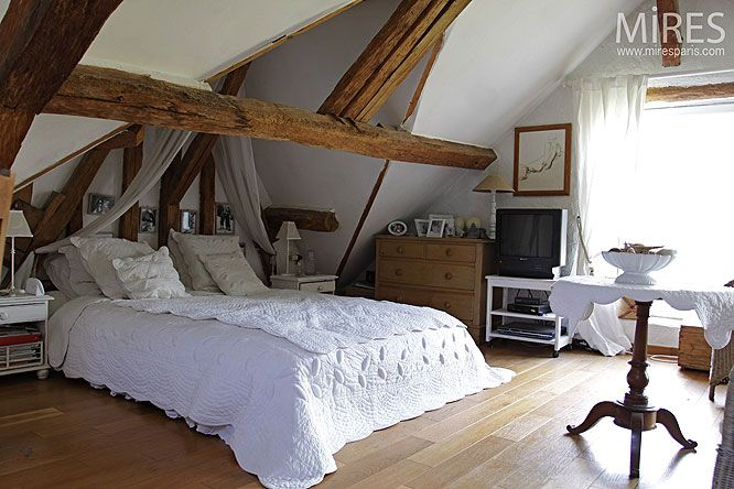 chambre sous comble maison normande petite chambre sous les combles c0231 mires paris. Black Bedroom Furniture Sets. Home Design Ideas
