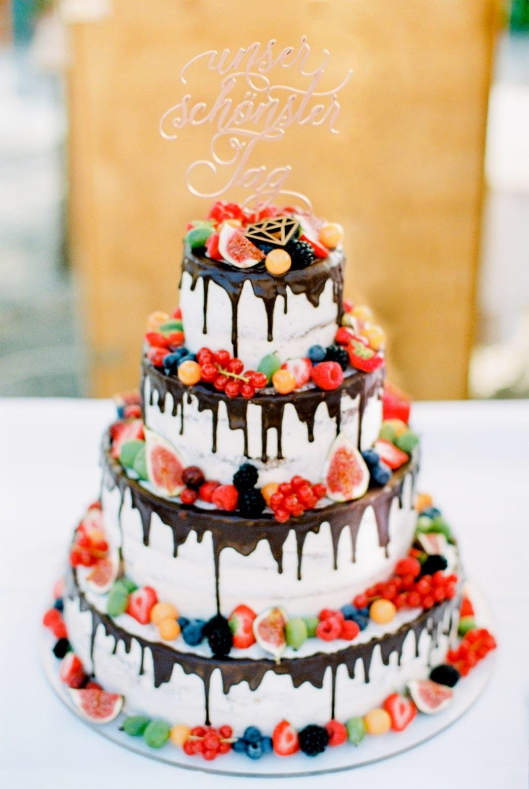 """Torte """"Naked Cake  mit Schokodrip und Beeren"""