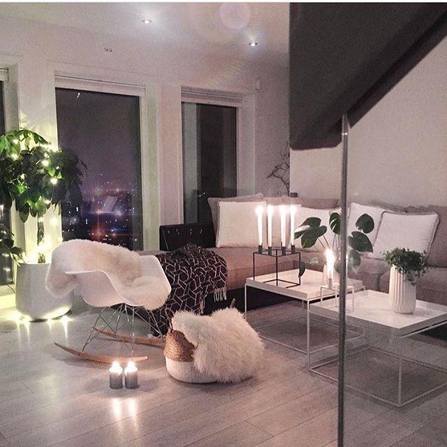 Nydelig stue og for en magisk utsikt 😍😍 Cred: @cathrinedoreen - takk for at du brukte #villavangsnes på bildet ditt 🙏🏻 #sharingiscaring #anbefaling #fremsnakk