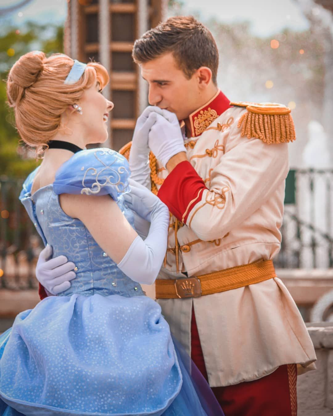 L Image Contient Peut Etre Une Personne Ou Plus Personnes Debout Enfant Disney Princesses And Princes Cinderella And Prince Charming Disney Face Characters