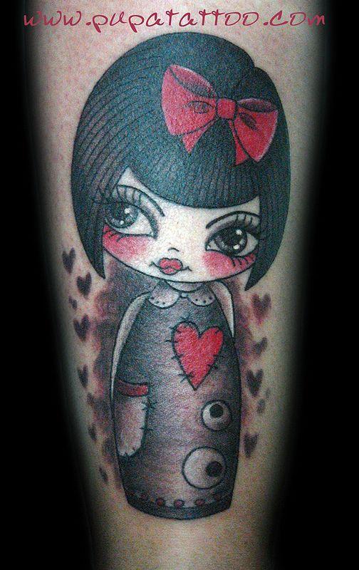 Tatuaje muñeca kokeshi Pupa Tattoo Granada