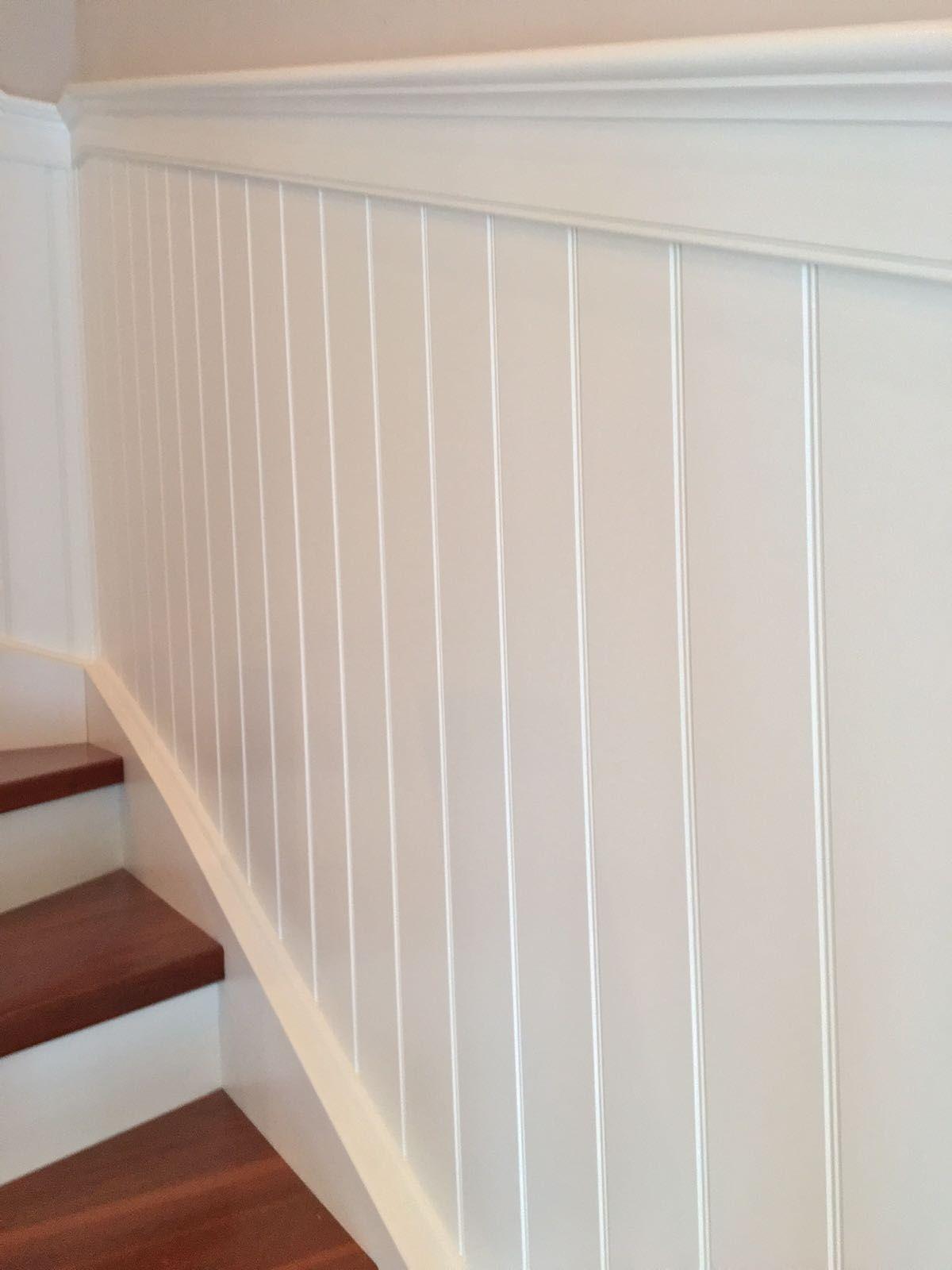 Beadboard De Wandpaneele Im Treppenhaus Klassische Ausfuhrung Individuell Angepasst An Gewendelter Holztreppe M Wandpaneele Holztreppe Treppenverkleidung