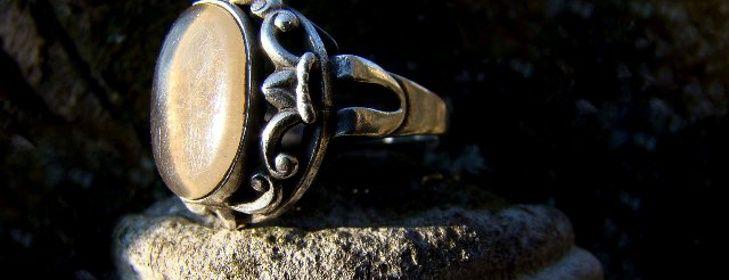 Starožitné poklady - šperky, ktorých sa nikdy nevzdáme:-) Väčšina z nás má nejaký starožitný šperk, väčšinou ako rodinnú pamiatku, ktorého by sme sa nikdy nevzdali. Je v nich zvláštne kúzlo, môžme premýšľať, čo sa s ním dialo predtým, ako sa dostal ku nám. Z niektorých priam vyžaruje tajomnosť, ostávajú skryté, nikdy neodhalia všetky svoje tajomstvá. Raz pri ...