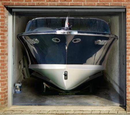 sticker porte de garage: un bateau dans un garage