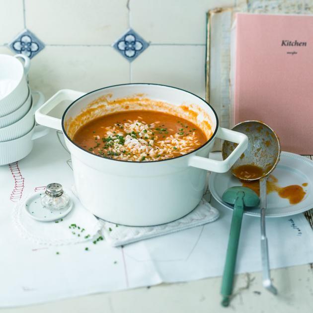 Großmutters Klassiker: Tomatensuppe mit Reis und Schnittlauch.
