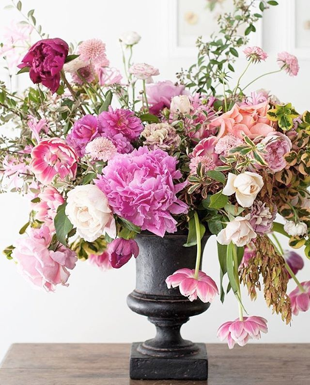 How pretty are these flowers by @tulipinadesign ?! On the urn trend today! Fleurfiona.com!  #smpliving #interiordesign #homedesign #hgtv #instakitchen #fancyhome #prettyhomes #instadesign #instahome