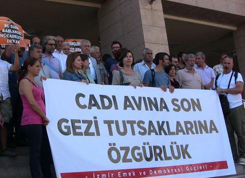 25/07/2013 16:34| Gezi operasyonu tutuklularına tahliye yok İzmir'de Gezi Parkı eylemlerine katıldığı gerekçesiyle ikinci dalga operasyonla gözaltına alındıktan sonra tutuklanan 11 şüpheli için yapılan tahliye istemleri reddedildi.