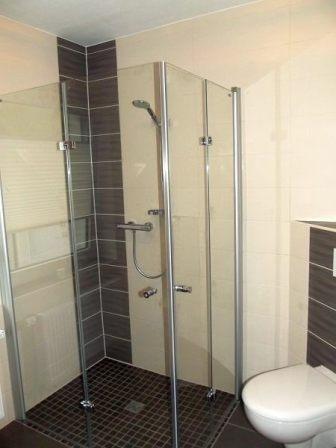 Wandfliesen beige weiß und braune Einleger und Bodenfliesen Bad - badezimmer braun wei modern