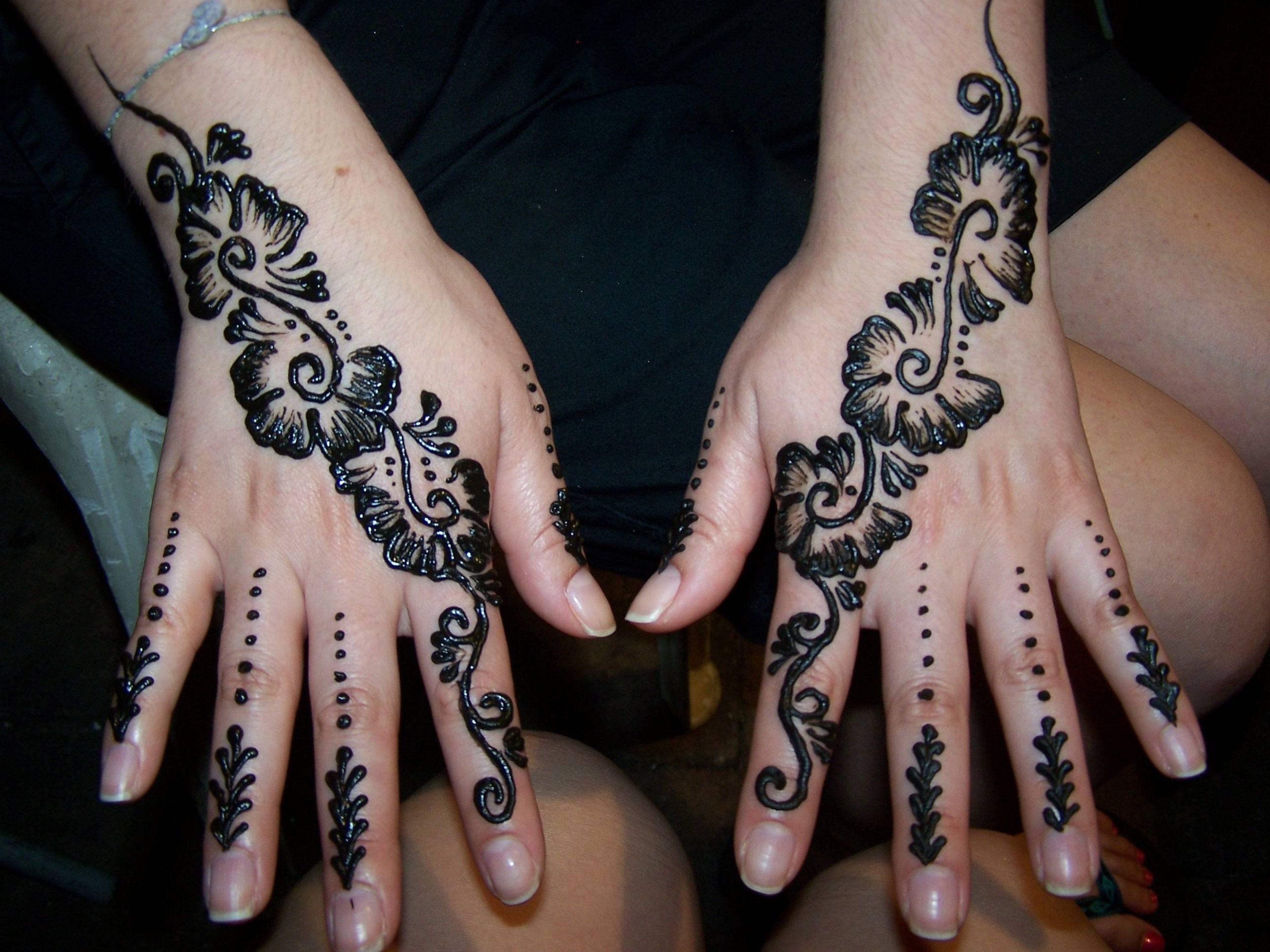 Simple Henna Tattoo On Hand Simple Henna Tattoo Black Mehndi Designs Henna Tattoo Designs
