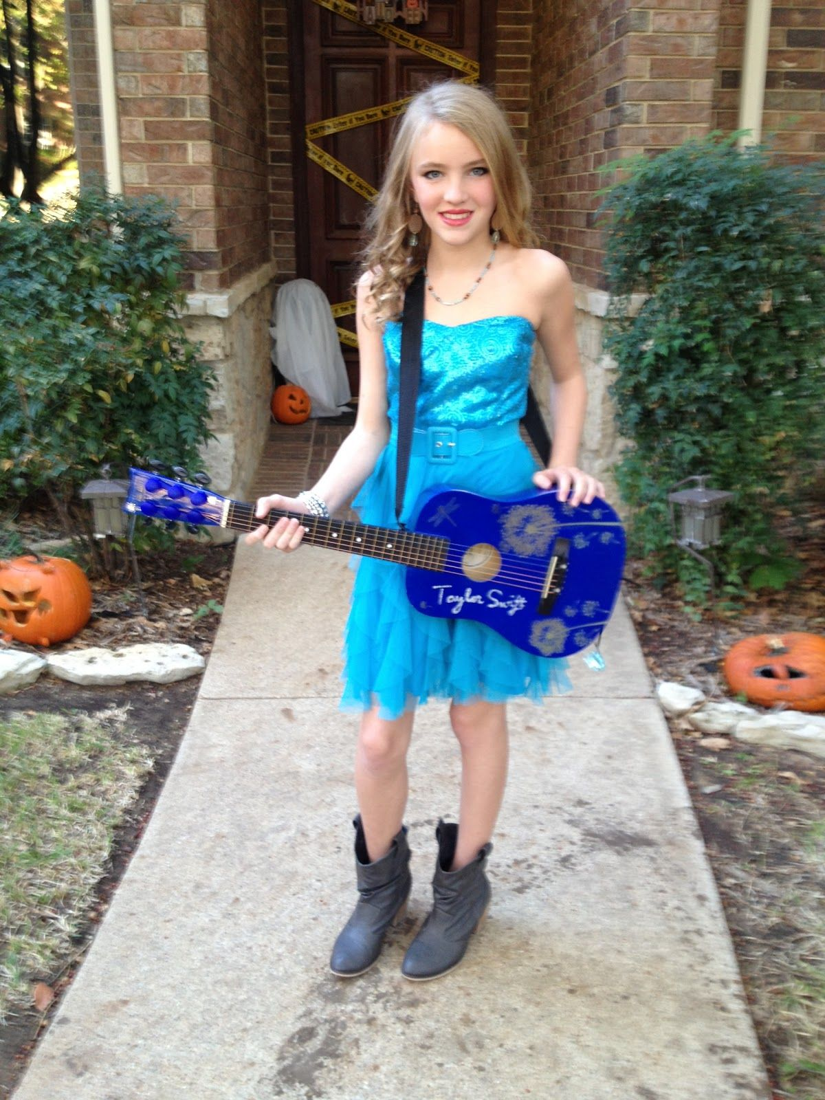 Taylor Swift early Halloween picture :) she went as a tele tubby ...