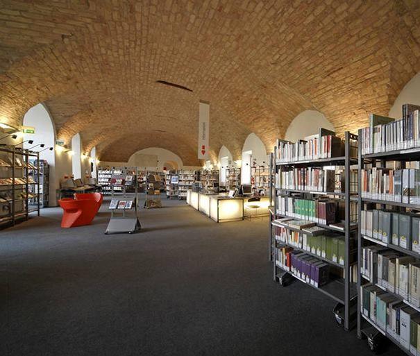 I bellissimi locali dell'ex Convento di San Giovanni, a Pesaro in Italia, dove ha sede la Biblioteca Comunale San Giovanni.