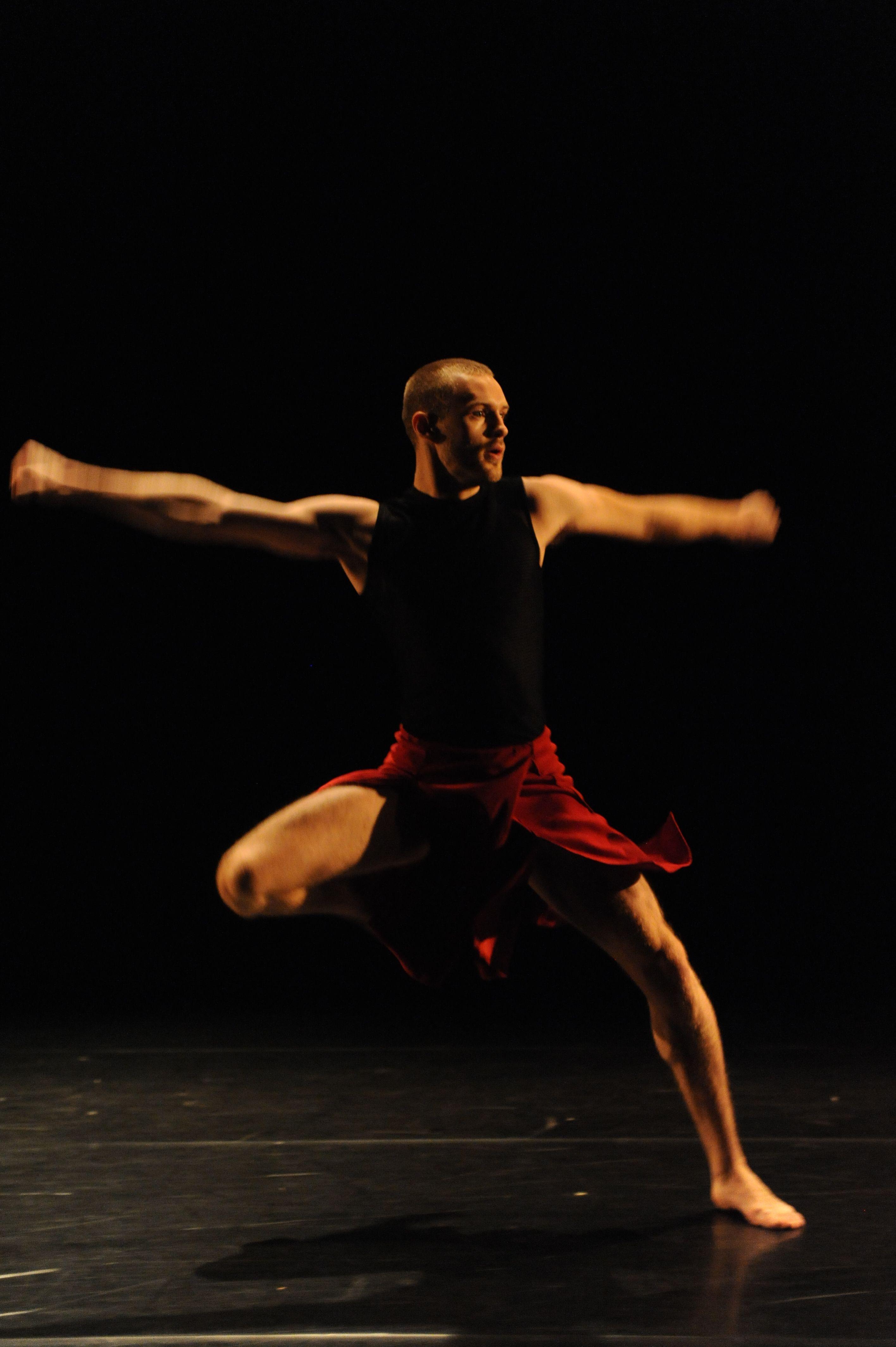 Jarrett Siddall in Vena Cava, Toronto Dance Theatre. Photo by Guntar Kravis