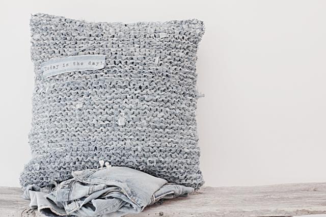 farkuista virkattu tyyny