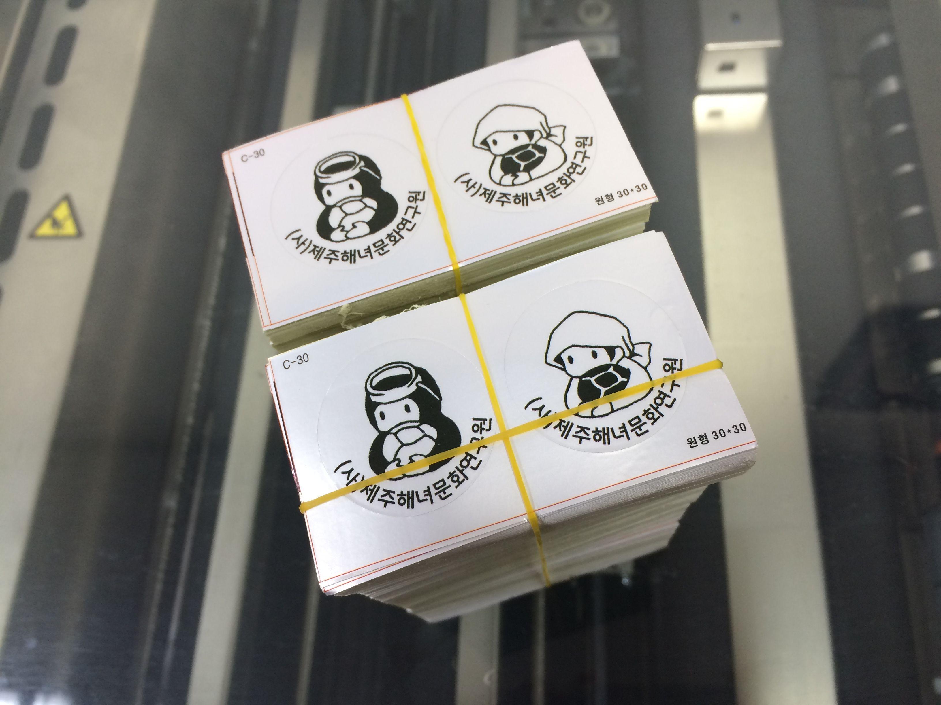 옵셋인쇄 은색 무광 스티커 크기가 작은 경우 여러개 한판에 앉혀서 채산성을 높혀 제작합니다.