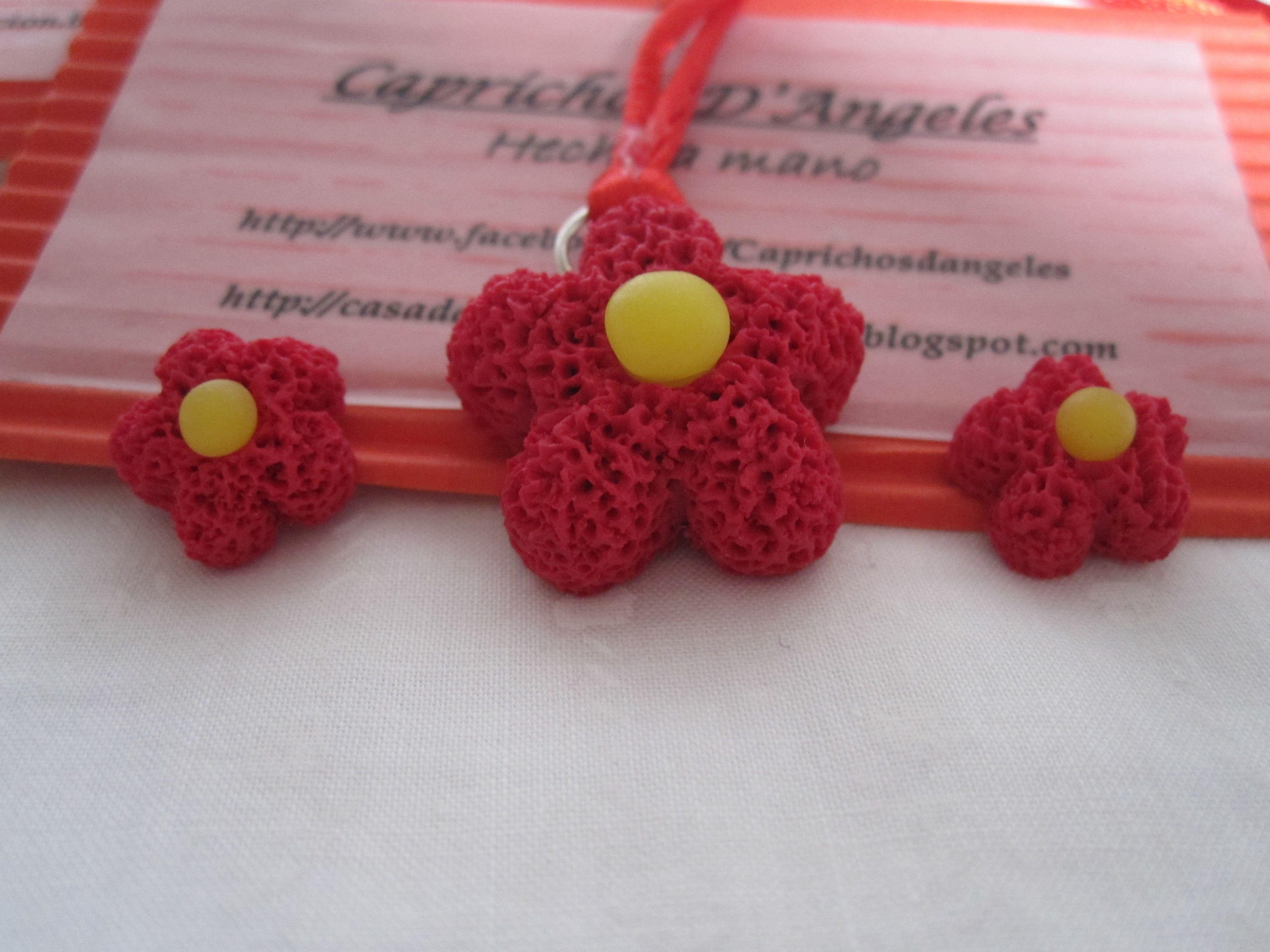 Flower Power en arcilla polimérica. Pendientes montados en fornitura tipo palillo de plata de primera ley y colgante en cordón de cola de ratón