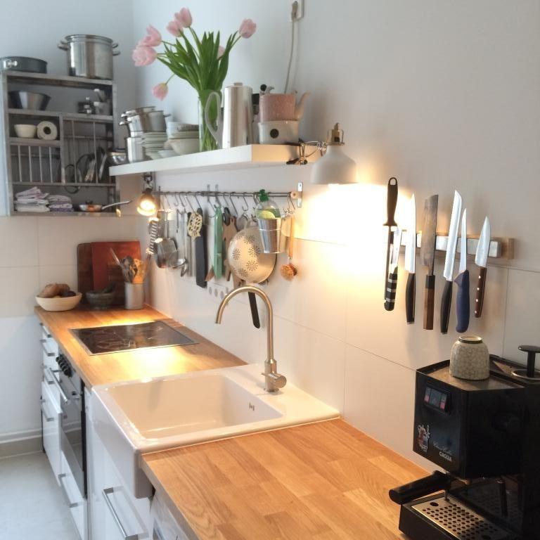 Alles griffbereit Helle Küche mit vielen Holzflächen und offenen - holzdielen in der küche