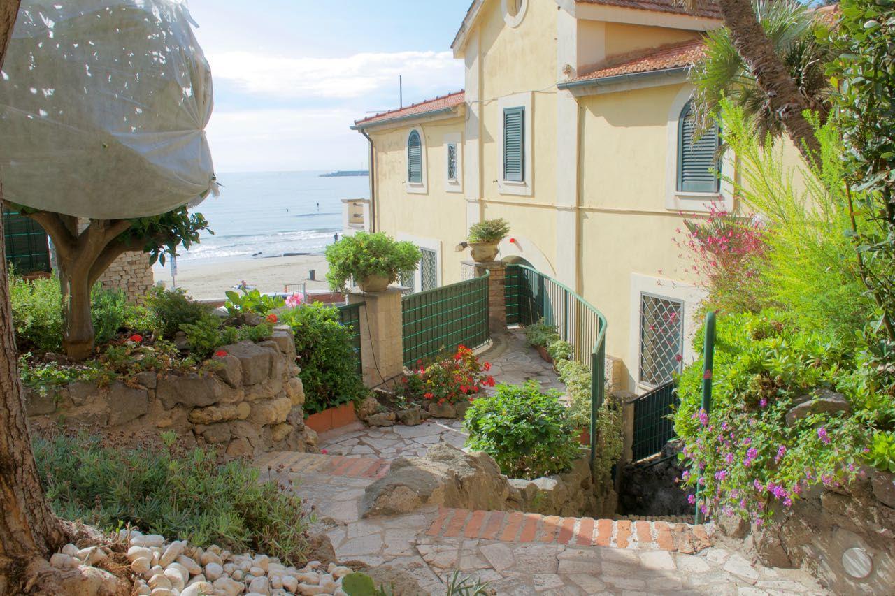 Appartamento in Villa Fronte Mare Anzio vendita € 590,000