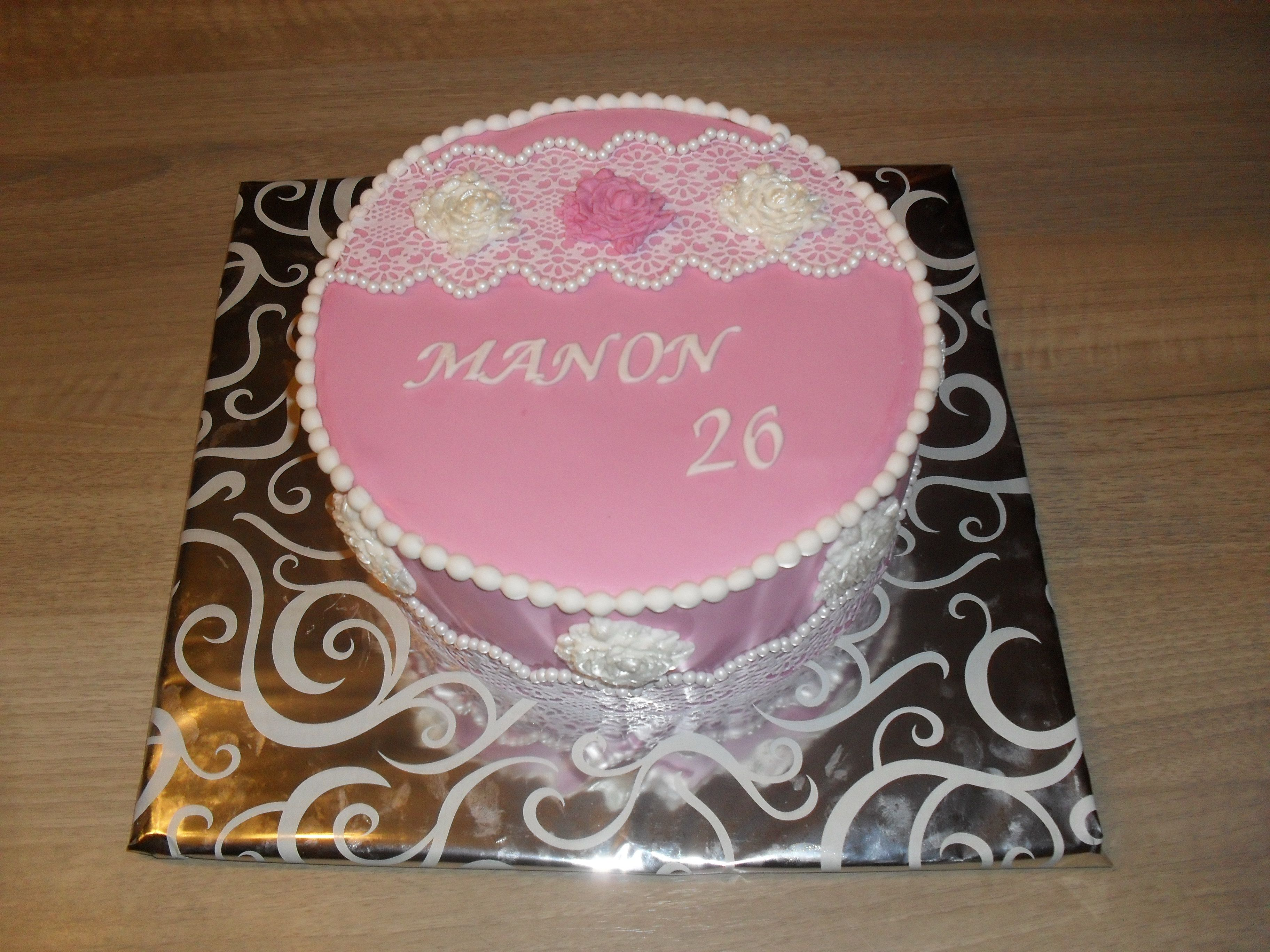 Barok taart roze en wit, met kant en rozen/ Baroque cake pink and white. With lace and roses