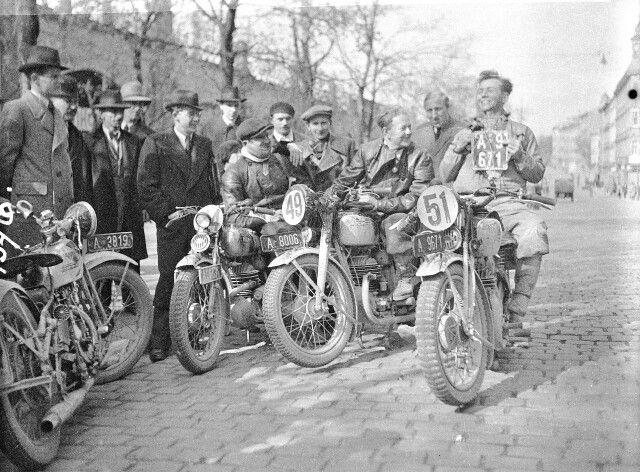 Rund um Wien 1936 Eine Harley -Davidson VL und 3 Puch im Ziel Quelle:technischesmuseum.at Sammlung Arthur Fenzlau