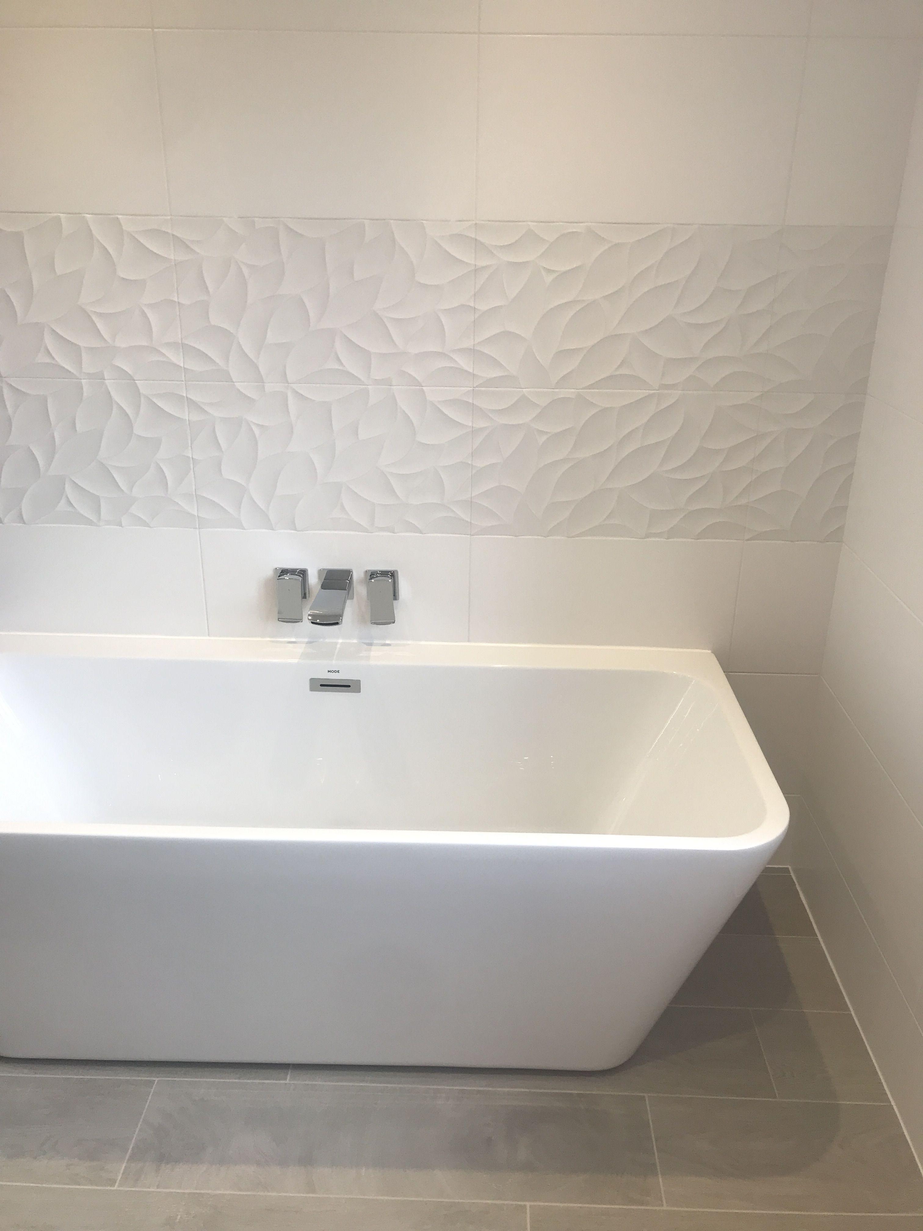This Stunning White Bathroom At Our Mynd Development Speaks For Itself Using Porcelanosa Bathroom Tile Idee Salle De Bain Deco Salle De Bain Salle De Bain Zen