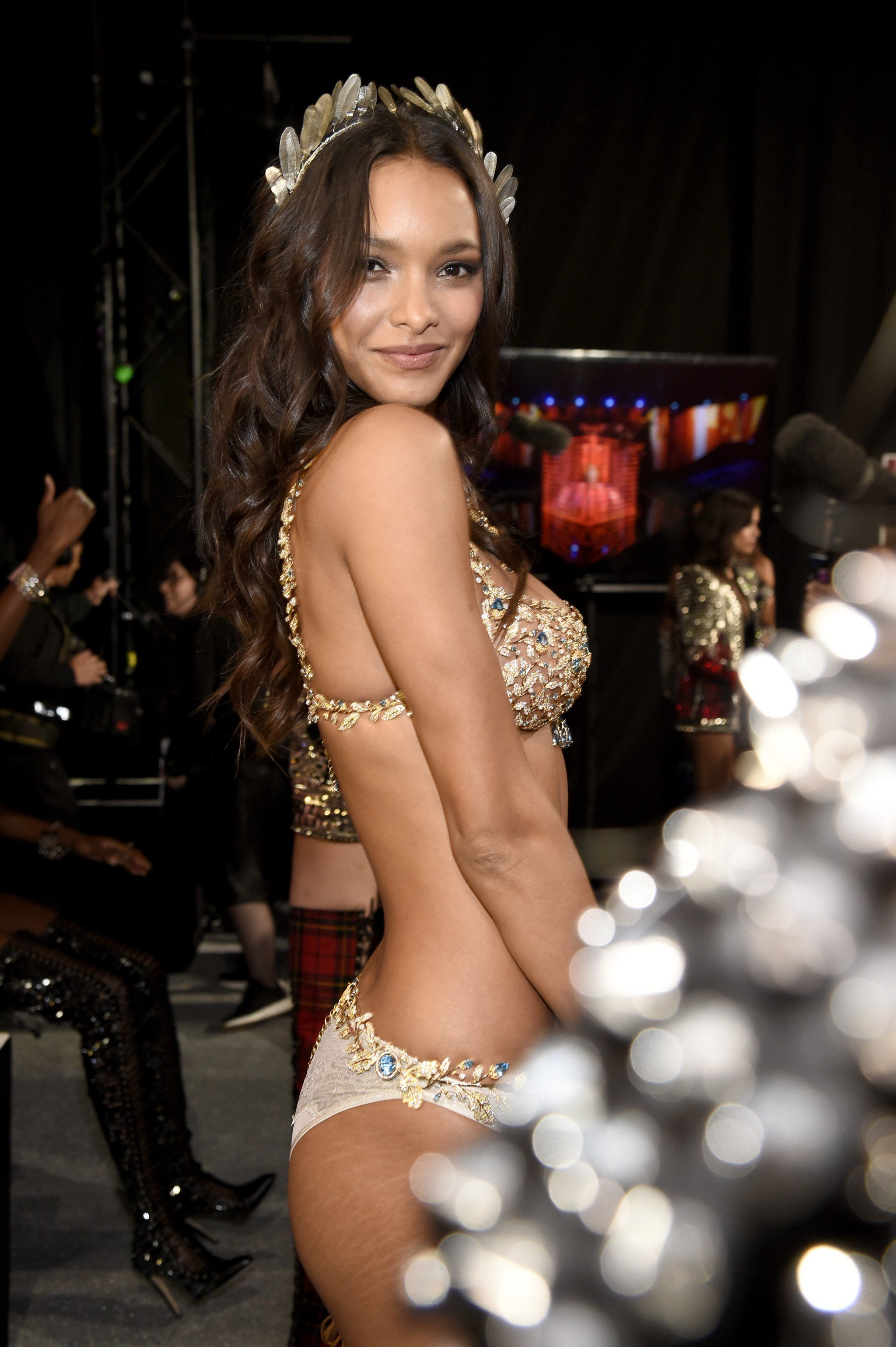 Lais Ribeiro Rocked Stretch Marks On The Vs Runway Like It S Nbd Because It Isn T Victoria Secret Fashion Show Lais Ribeiro Victoria Secret