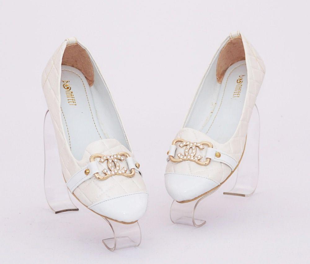 Sepatu Flat Diamond Emboss Elegan Warna Broken White Bahan Kulit