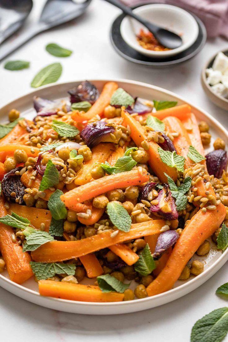 Karotten im Ofen mit Kichererbsen, Roten Zwiebeln & Minze