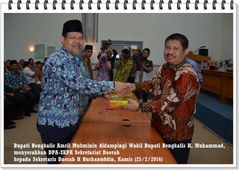 Hari ini, Amril Mukminin didampingi H. Muhammad, Menyerahkan DPA-SKPA Kepada Sekretariat Daerah dan Seluruh SKPD Bengkalis - Amanah Anak Negeri