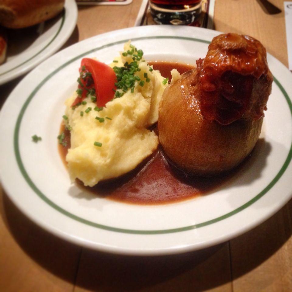 Национальное блюдо немецкого города Бамберг, - фаршированная фаршем луковица с прекрасным гарниром