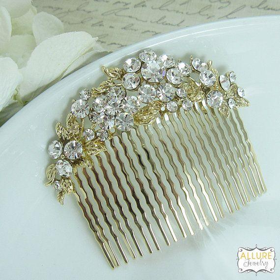 Este cuenta con peine exquisito diseño de una añada de diamantes de imitación en oro brillante que es el accesorio perfecto para la novia o cualquier evento especial ocasión. Esta pieza es perfecta como parte o accesorio de peine trasero. Mide 2 3/4 de ancho.  Las órdenes se envían por USPS rastreo y confirmación. Artículo llega en una caja de obsequio.  ------------------------------------------------------- ¿Preguntas? Contactarme aquí: http://www.etsy.com/conversations&...