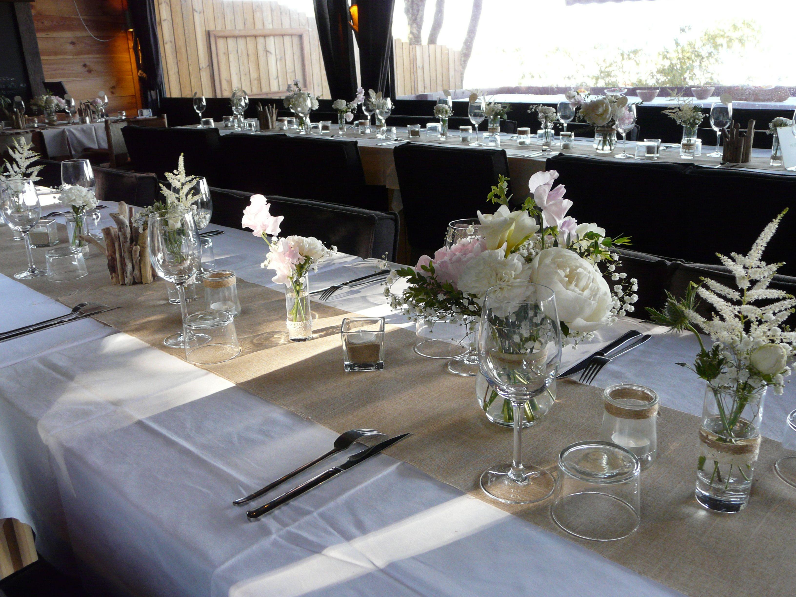 table de mariage, chemin de table en lin et fleurs blanches et